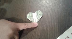 一ドル札でのハート。 A dollar bill heart.