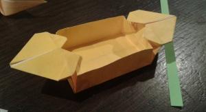 ハートのついている箱なんだけど、何かガタガタになってしまった。むづかしい,でも、かわいい。This is supposed to be a box with hearts.  It's all bent out of shape.  It wasn't easy, but cute nonetheless.